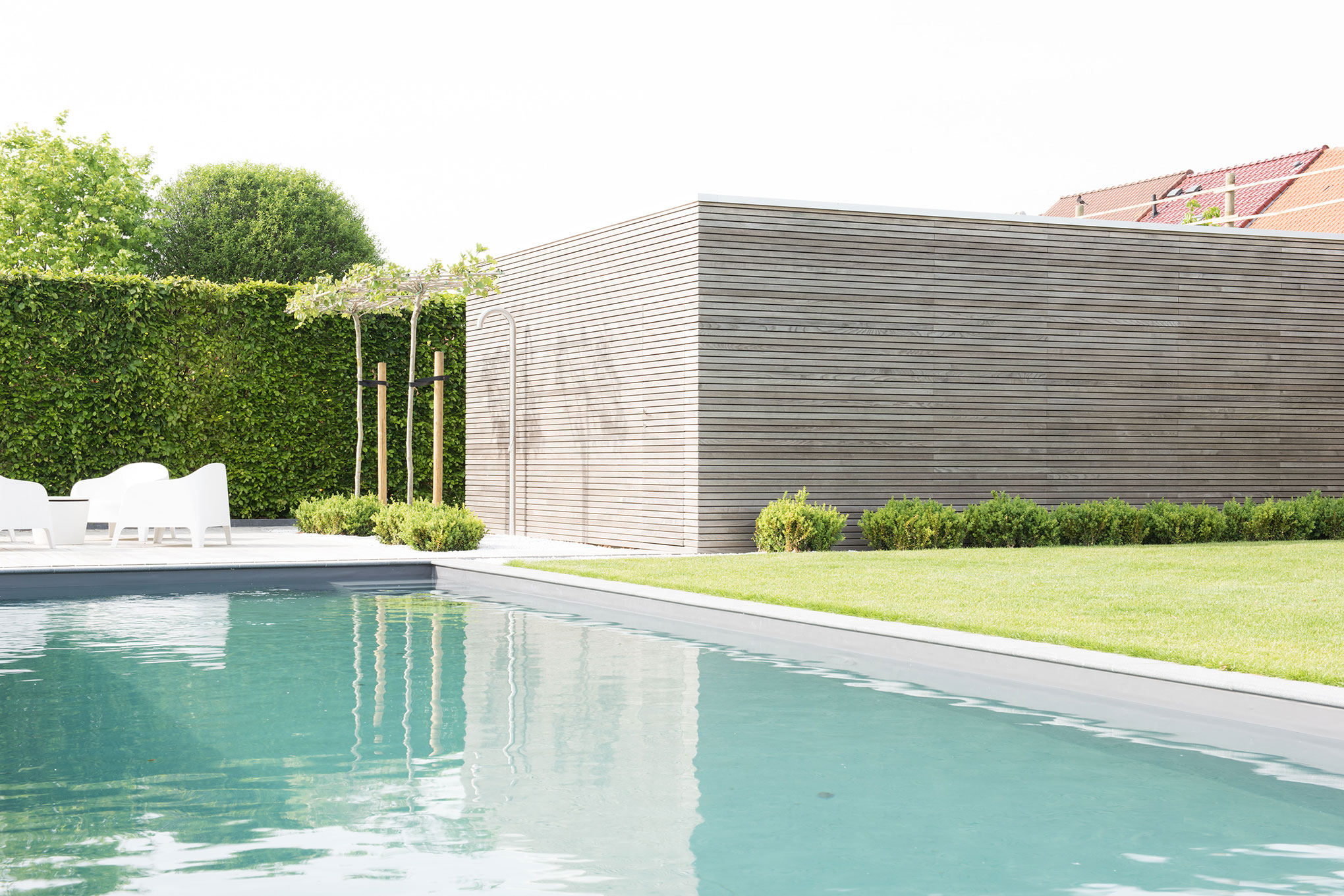Minimalist pool house and garden storage shed, Merchtem | Livinlodge